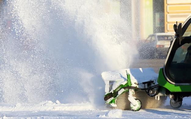 Специальная снегоуборочная машина убирает снег на улице города