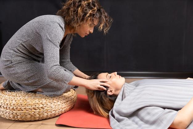 특수 요법. 머리 이완 마사지의 과정. 손으로 마사지를 만드는 여자.