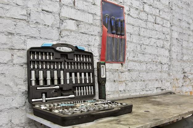 특수 도구 자동차 정비사 상자에 테이블에 누워 흰색 벽돌 벽에 파일 자동차 서비스 도구
