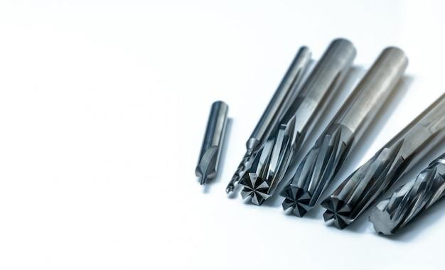 白い背景で隔離の特別なツール。特別なツールを注文するために作られました。コーティングされたステップドリル、リーマ、エンドミルの詳細。 hss超硬合金。産業用の超硬切削工具です。