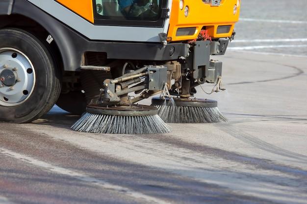 Специальная машина для очистки дороги от грязи щетки городской улицы. дорожное обслуживание