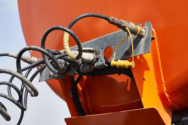 水およびその他の技術流体またはガスを輸送するための特別な車両、タンク付きトラック