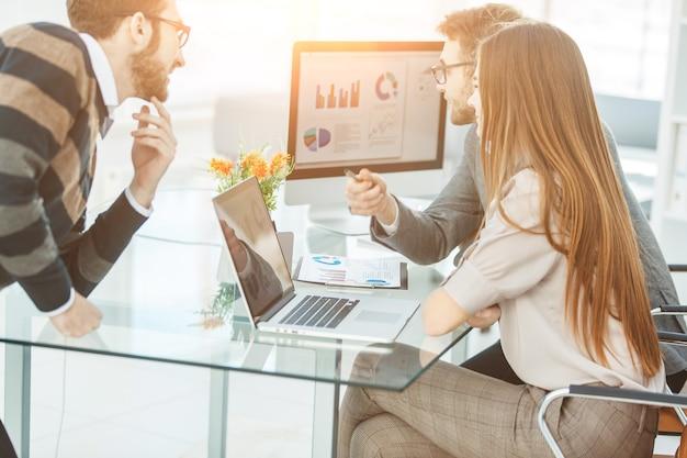 Специалист по финансам и бизнесу, анализирует маркетинговые отчеты.