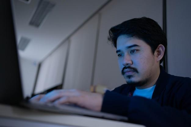 Специалист по сети инженер конфигурирует команду в программе для решения проблемы в центре обработки данных