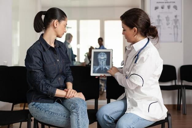 陽気な女性にx線撮影の専門知識を示す専門医