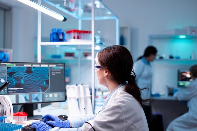 병원 백신 공학에서 컴퓨터 작업을 하는 전문 과학자 약리학