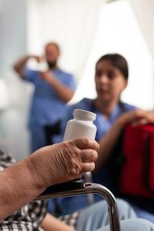 ヘルスケア療法について話し合う専門の社会的支援女性労働者