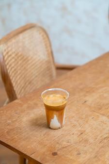 Фирменное кофейное меню под названием «грязный кофе». холодное молоко внизу с горячим эспрессо сверху в кафе, кафе и ресторане