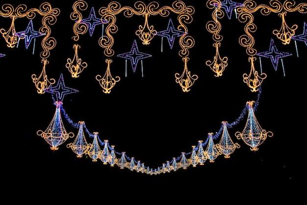 カラフルな形や質感を形作るライトが付いた壮大なクリスマスデコレーション