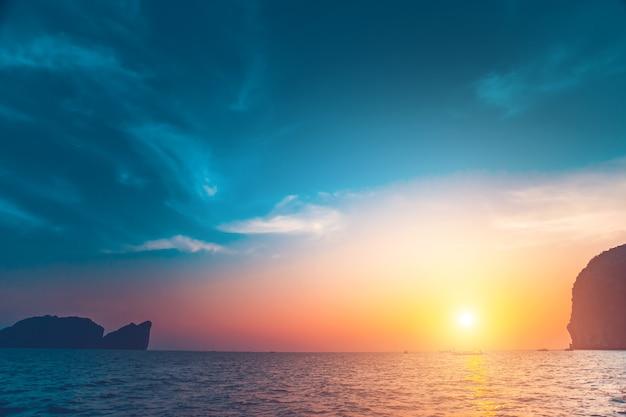 이국적인 피피 섬 옆의 석회암 절벽과 바다 위로 펼쳐지는 장관을 이루는 다채로운 일출