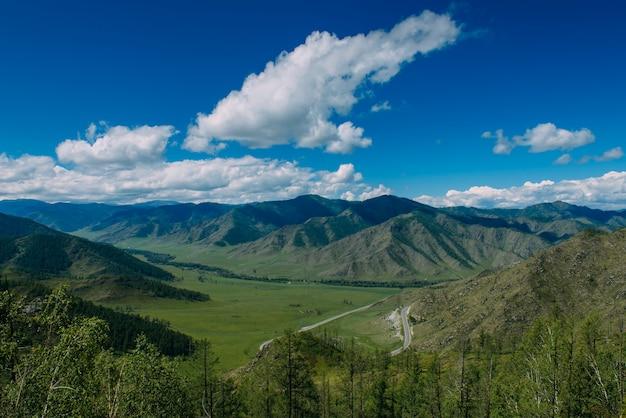 산에서 녹색 계곡이 내려다 보이는 멋진 풍경.
