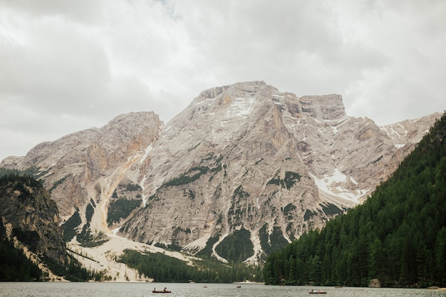 Эффектное романтическое место с типичными деревянными лодками на альпийском озере (lago di braies) озеро брайес, доломиты, южный тироль, италия, европа.