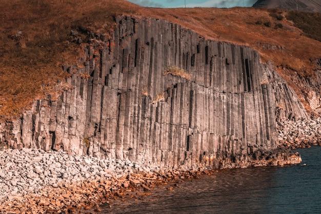 オラフスフィヨルズゥルのビーチの石の壮大な形。アイスランド