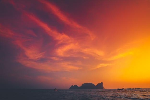 왕국의 이국적인 피피 섬 옆 인도양의 장엄한 일몰