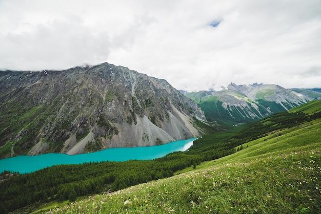 큰 아름다운 산 호수와 함께 언덕에서 경치 좋은 계곡까지 장엄한 전망.