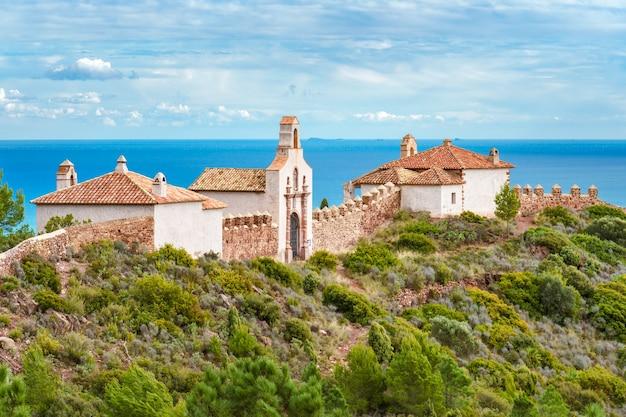Великолепный вид на здание на фоне средиземного моря.
