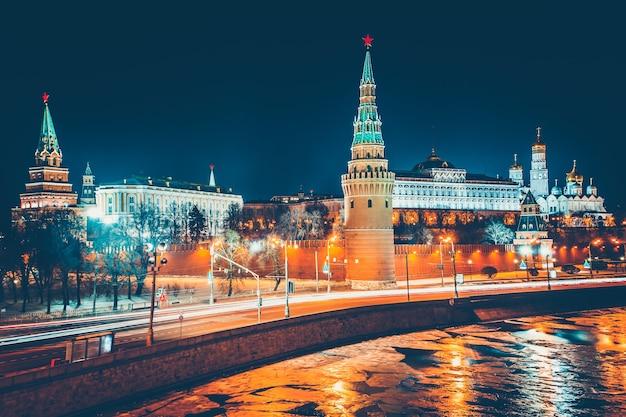 Захватывающий вид на кремль с большого каменного моста через москву-реку. кремлевская стена, башни и большой кремлевский дворец. российская федерация.