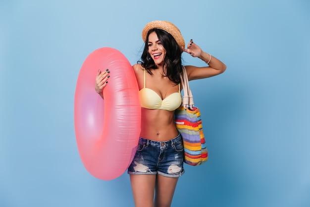 분홍색 수영 원을 들고 화려한 여자