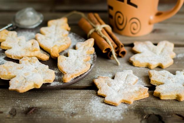 Печенье в форме листьев. осенняя концепция. традиционные бельгийские печенья печенья speculaas.