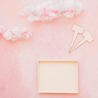 Вырезывание речи и рамка на облачном фоне