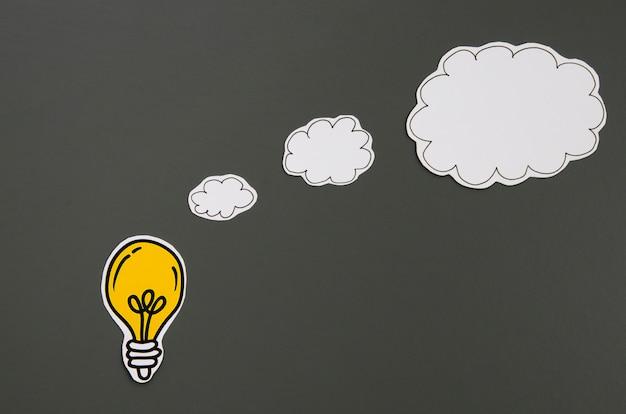 スピーチの泡アイデアコンセプトと黒の背景上の電球