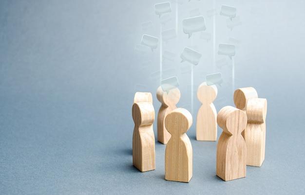 Речевые облака в центре круга людей дискуссионные процессы в команде или сообществе