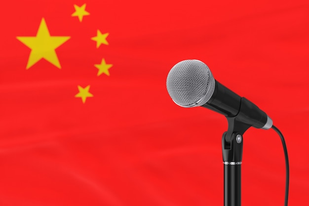 ぼやけた中国の旗の極端なクローズアップに対するスピーチマイクスタンド。 3dレンダリング