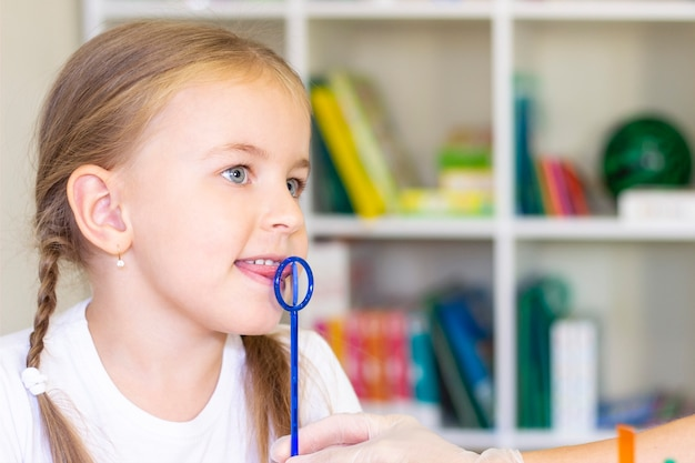 女の子の舌の言語療法マッサージ