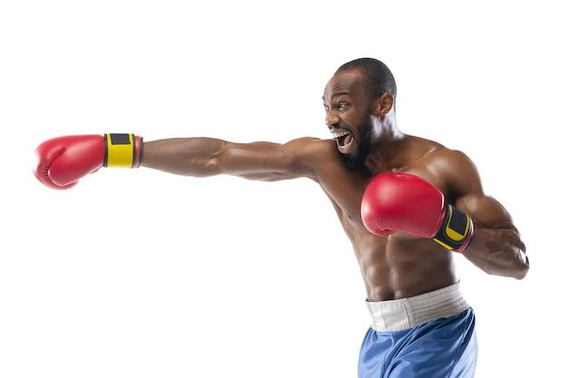 速度。白いスタジオの壁に分離されたアフリカ系アメリカ人のボクサー。