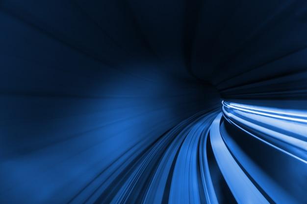 터널 내에서 움직이는 기차 또는 지하철 열차의 속도가 흐려진 모션.