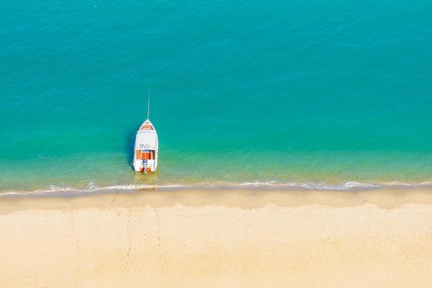 ビーチ近くの美しい熱帯海の海でスピードボート