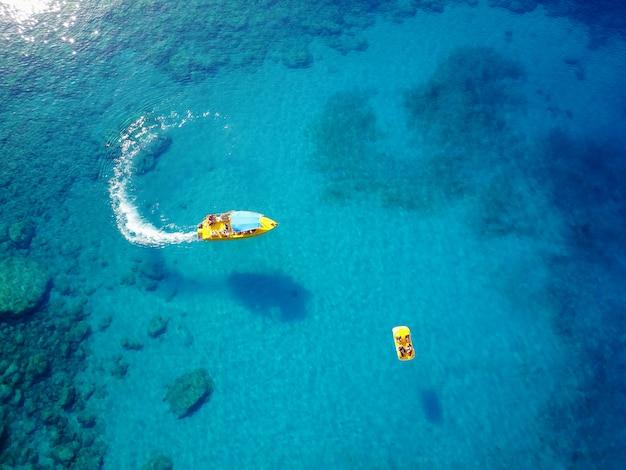 아름 다운 바다에 패들 보트와 스피드 보트.