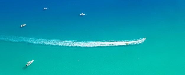 슬라이더가 있는 스피드 보트는 바닷물에 흔적을 남기고 위에서 파노라마