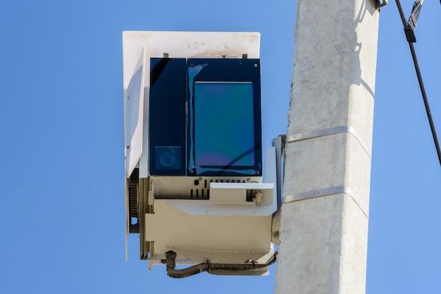高速道路の監視用の自動速度取締車、道路交通を制御するための警察のツール。コンクリートポールに取り付けられたスピードレーダーカメラ。速度制御。