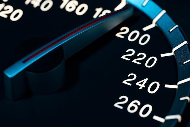 자동차 주행 거리계 또는 타코미터 매크로 샷으로 속도 세부 사항