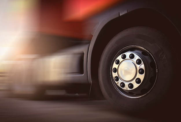 도로 산업 화물 트럭 운송 및 물류에서 운전하는 세미 트럭의 속도 동작 흐림 효과