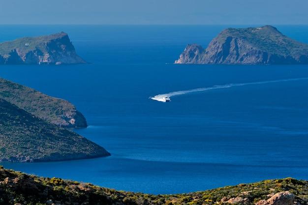 Корабль-катамаран на скоростной лодке в эгейском море недалеко от острова милос в греции