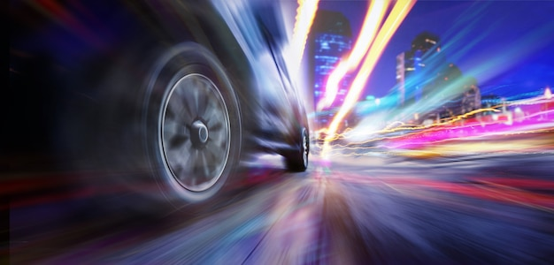 Скоростная машина супер по городу. низкий угол обзора быстро движущегося автомобиля при размытости изображения