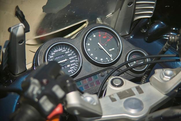 現代のエンデューロバイクのスピードメーター、ハンドルバー付きのインストルメントクラスターの詳細。
