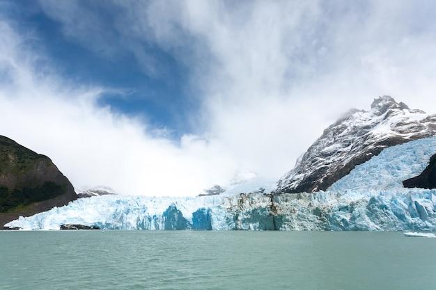 アルゼンチンのパタゴニアの風景、アルヘンティーノ湖からのスペガッツィーニ氷河の眺め。アルヘンティーノ湖