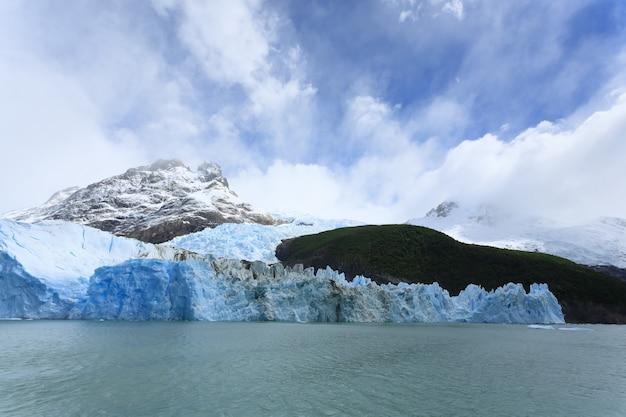 Вид на ледник спегаццини из озера аргентино, пейзаж патагонии, аргентина. lago argentino
