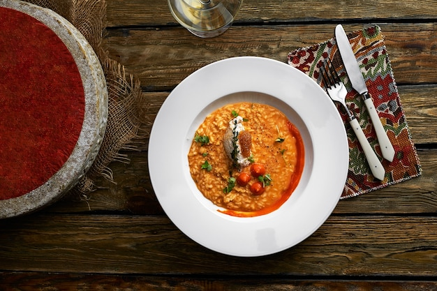 회색 배경, 맛있는 채식 식사에 철자 호박 버섯 리조또.