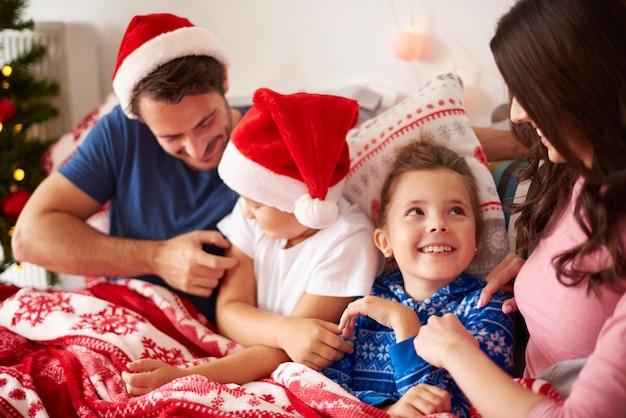 침대에서 가족과 함께 크리스마스 아침을 보내는
