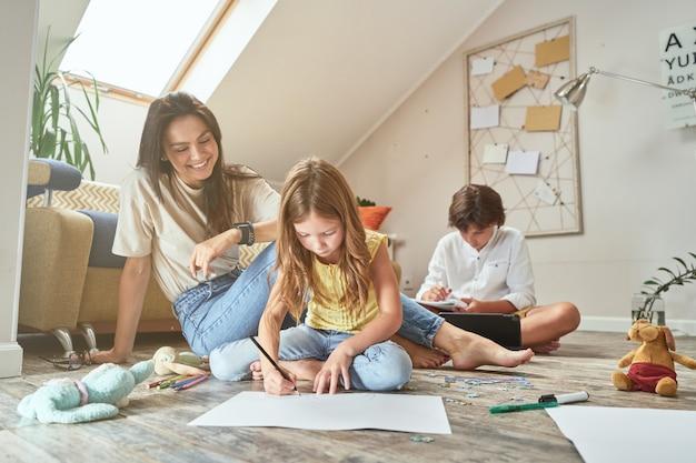家で子供たちと過ごす時間小さな女の子が母親と一緒に床に座って生活