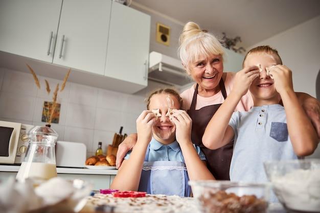 할머니와 시간을 보내는 것은 쿠키를 만드는 법을 배우는 것을 의미합니다