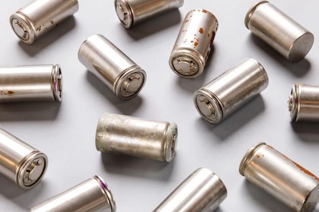 Использованная перезаряжаемая никель-металлогидридная (ni-mh) батарея