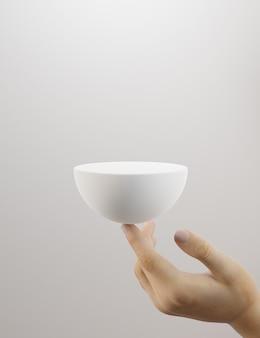白い背景の上の女性の手で保持されている球形の製品のプレゼンテーションスタンド。 3dレンダリング