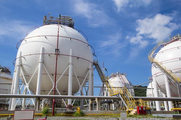 연료 가스 정유소 푸른 하늘을 포함하는 구형 탱크 흰색