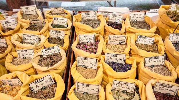 Прилавок специй на рынке в каннах, франция