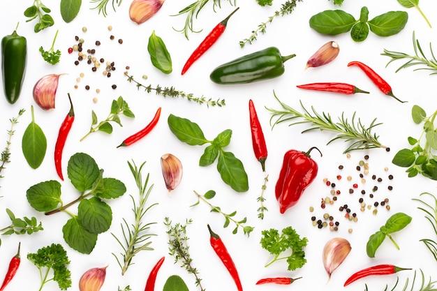 ハーブの葉と唐辛子をホワイトスペースにスパイスします。野菜のパターン。花と白いスペースの野菜。平面図、フラットレイアウト。